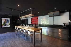 Un espace cuisine dédié aux dégustations de groupe au sein du domaine champenois Devaux à Bar-sur-Seine