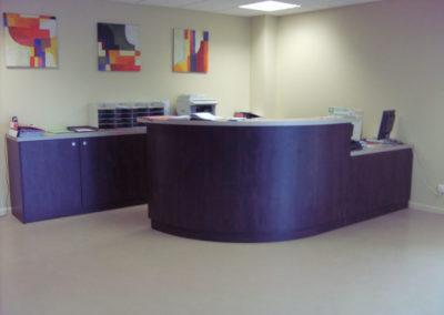 Comptoir d'accueil et rangement pour une agence