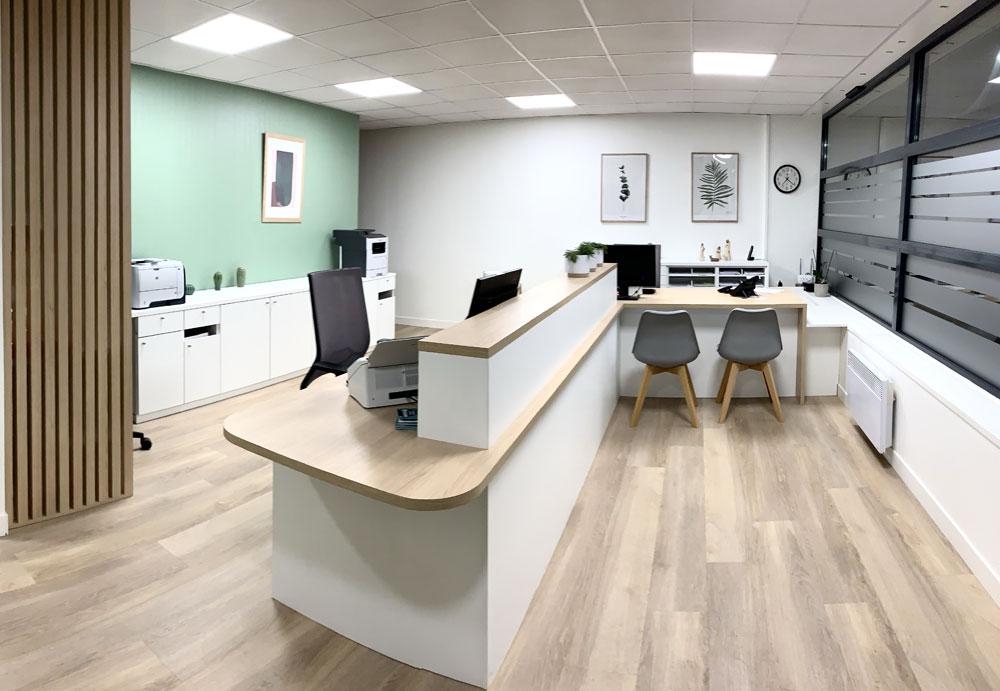 Mobilier sur-mesure (banque accueil et rangements) pour un cabinet médical de Tourcoing