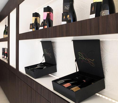 les niches sont habillées de kerrock dans lequel le monogramme D a été défoncé pour personnaliser le showroom