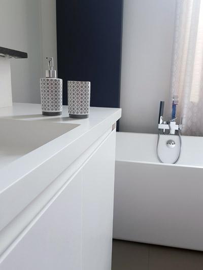 meuble de salle de bain sur mesure avec plan vasque et rangement en résine minérale