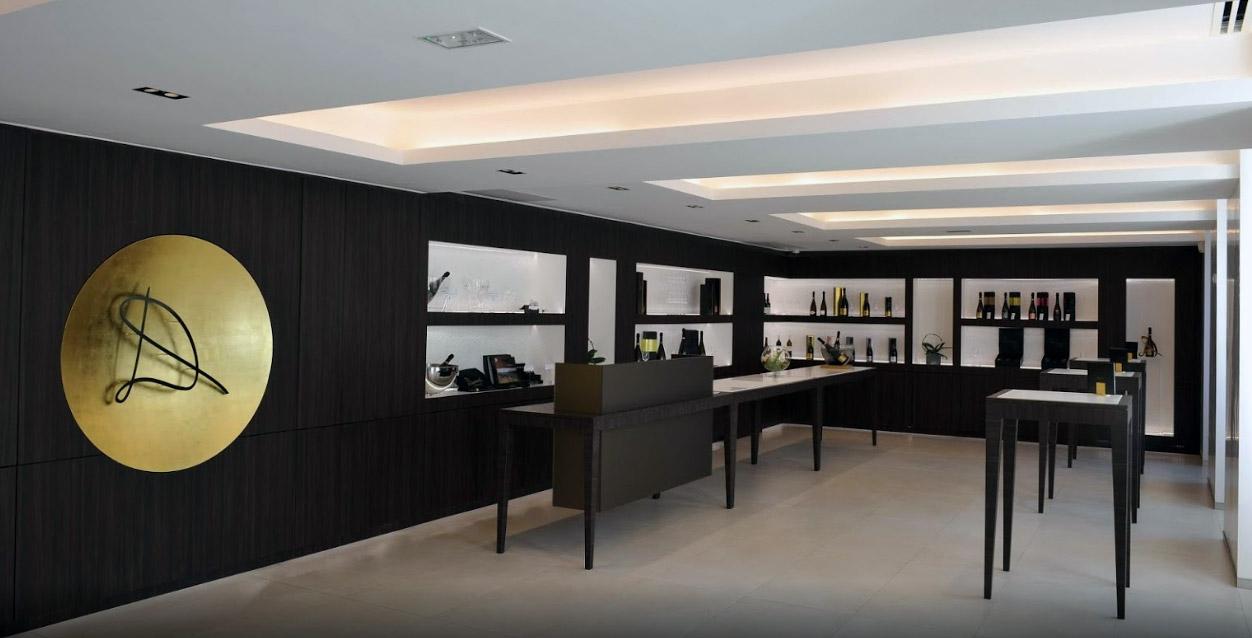 La résine acrylique a été largement utilisée pour l'agencement de ce showroom