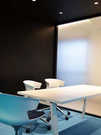 table de réunion avec plateau en résine acrylique