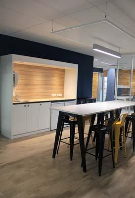 une vraie cuisine a été aménagée au milieu du plateau de bureaux